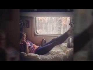 Телка дрочит в поезде, сосет за сигареты